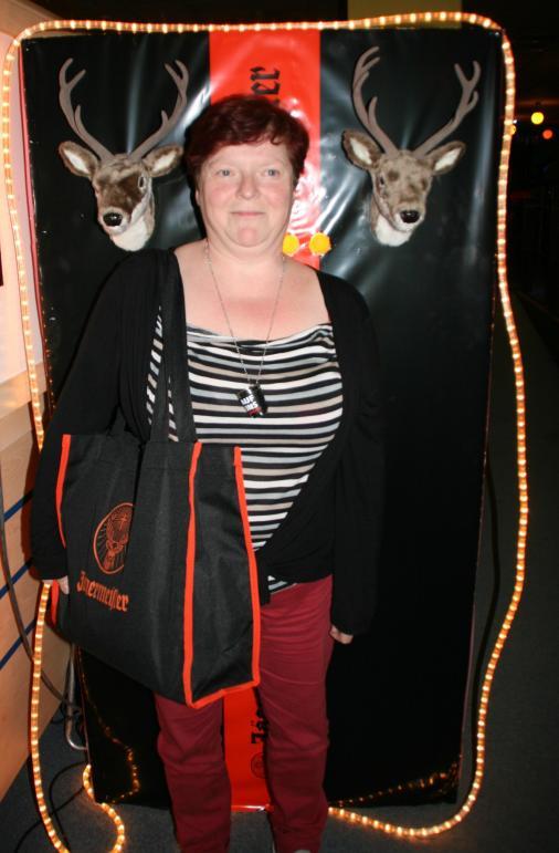 Unsere Glückliche Gewinnerin, die gleich einen prall gefüllte Jägermeistertasche mit nach Hause bekommen hat.