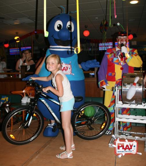 Eine glückliche Gewinnerin freut sich über Ihr neues Fahrrad