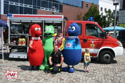 Die Feuerwehr war für die Kinder zum Bestaunen und Dosen abspritzen da.